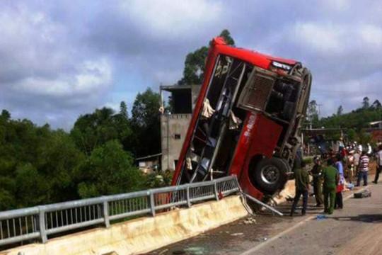 Xe khách treo lơ lửng trên cầu, 11 người thương vong