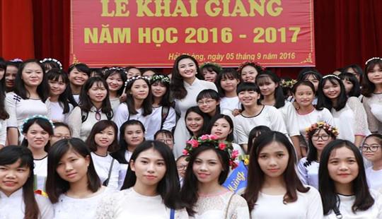 Hoa hậu Bản sắc Việt Trần Thu Ngân tặng học bổng toàn phần cho 6 học sinh trường cũ