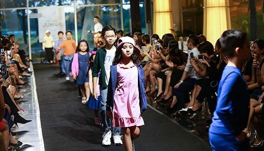 Phạm Anh Khoa lần đầu đưa con đi diễn catwalk