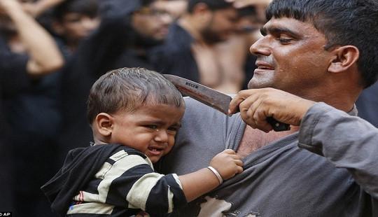 Rùng rợn nghi lễ rạch đầu trẻ con của người Hồi giáo