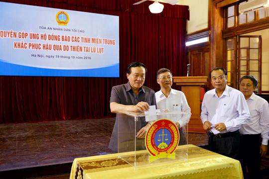 Cán bộ, công chức TANDTC quyên góp ủng hộ đồng bào bị mưa lũ ở miền Trung