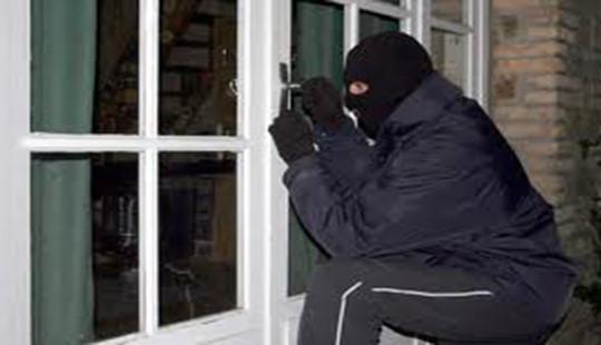 Khởi tố đối tượng dùng xà beng phá khóa trộm cắp tài sản