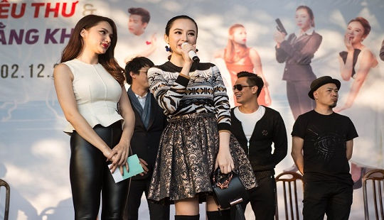 Hương Giang Idol, Angela Phương Trinh gây náo loạn TP Hạ Long