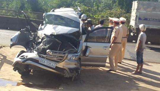 Đồng Nai: Xe Innova bị tông nát đầu, nhiều người bị thương