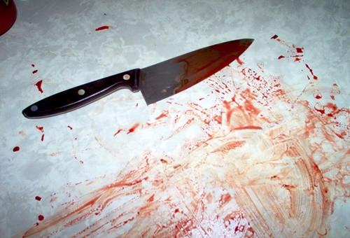 Ghen tuông, chồng dùng dao đâm xối xả vào cổ, lưng vợ
