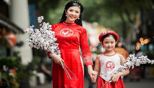 """Hoa hậu Ngọc Hân và bé Bảo Ngọc 'Gương mặt thân quen nhí"""" đem Xuân về trong trang phục áo dài"""