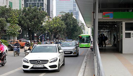 """Ngày đầu """"đãi khách"""", buýt nhanh BRT """"nhọc nhằn"""" tiếp cận nhà chờ"""