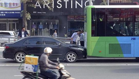 Xe biển xanh lấn làn va chạm với xe buýt nhanh BRT