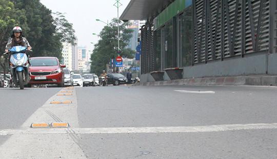 Thí điểm lắp dải phân cách cứng tại các nhà chờ trên đường BRT
