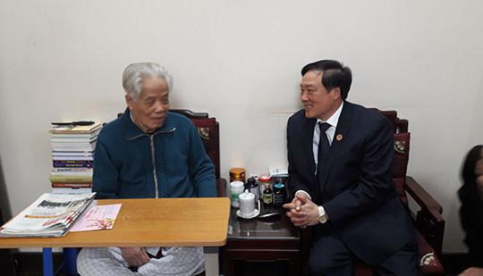 Chánh án TANDTC Nguyễn Hoà Bình chúc Tết các đồng chí lão thành cách mạng