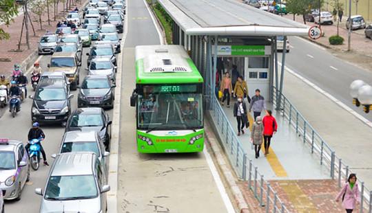 Lắp dải phân cách cứng tại điểm nhà chờ buýt BRT, nên hay không?