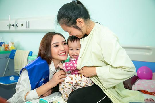 """""""Bản sao"""" của Hoa hậu Giáng My mang Tết vui đến với các bệnh nhi"""