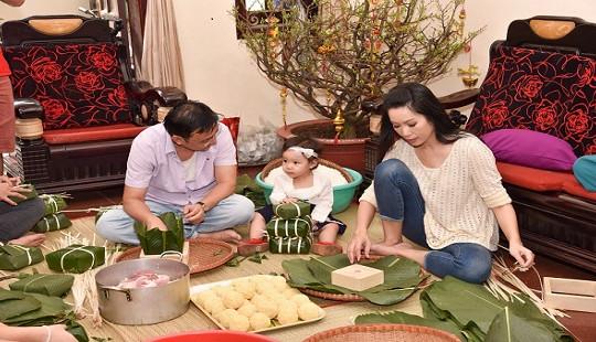 Á hậu Trịnh Kim Chi hướng dẫn Tổng lãnh sự Mỹ gói bánh chưng