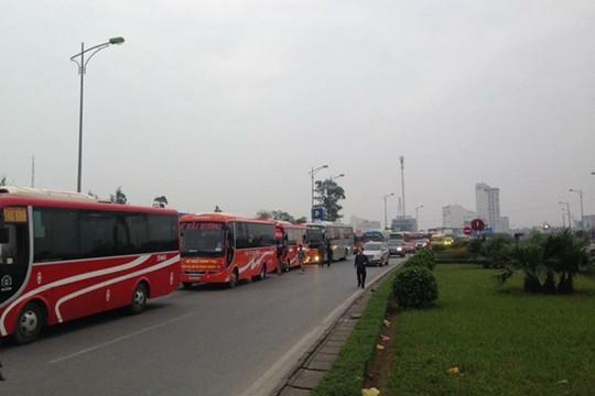 Hàng trăm xe khách nối đuôi nhau trên cao tốc phản đối phân tuyến