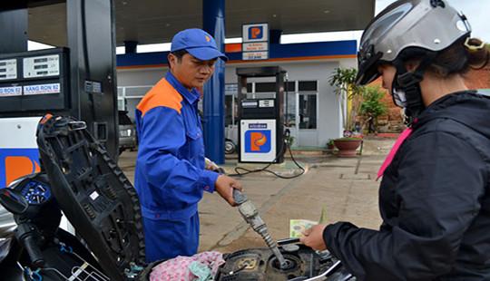 Giá xăng giảm, giá dầu tăng lần đầu trong năm 2017