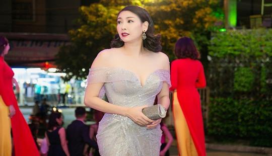Hoa hậu Hà Kiều Anh đẹp tựa nữ thần với váy dạ hội xuyên thấu