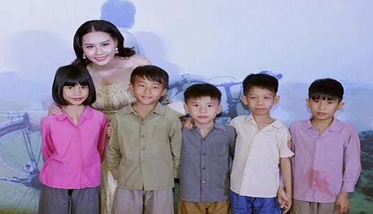 Xuân Bắc cười tít mắt bên cạnh Hoa hậu biển Thuỳ Trang duyên dáng