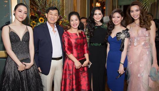 Doanh nhân Thủy Tiên mở tiệc thời trang hoành tráng