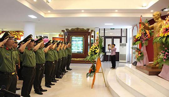 Lãnh đạo tỉnh TT-Huế dâng hoa kỷ niệm 127 năm Ngày sinh Chủ tịch Hồ Chí Minh
