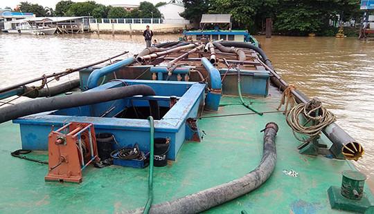 Bắt sà lan 300 tấn hút cát trái phép trên sông Cổ Chiên