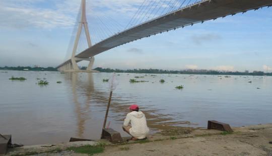 Người phụ nữ thuê taxi chở lên cầu Cần Thơ tự tử