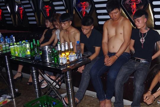"""Hà Nam: Bắt 9 đối tượng """"bay lắc"""" trong quán karaoke"""