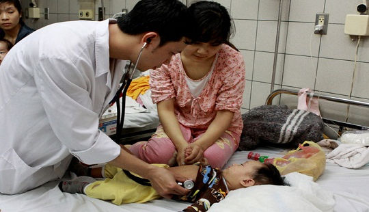 Bác sĩ nhi chỉ ra sai lầm cha mẹ thường mắc khi chăm trẻ sốt cao