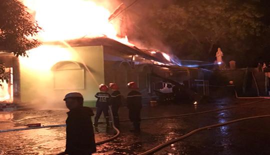 Cháy lớn tại quán karaoke khiến nhiều người hoảng loạn