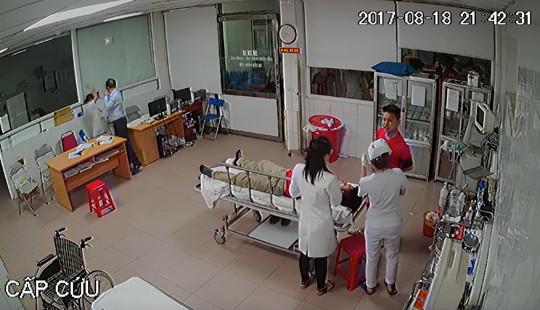 Bác sỹ bị đuổi đánh trong phòng cấp cứu