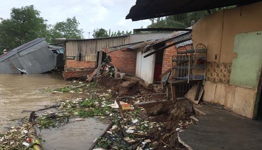 Sạt lở ở Vĩnh Long, nhiều căn nhà trôi sông