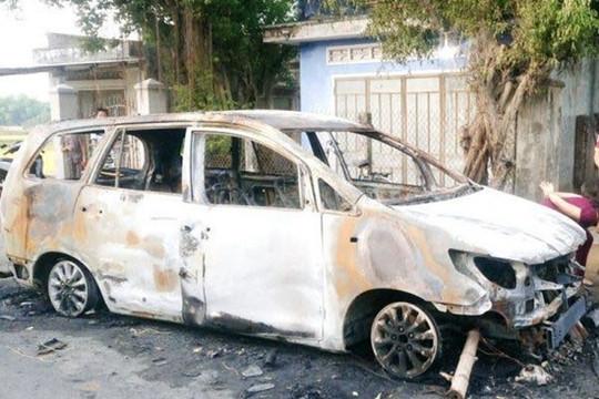 Nhóm côn đồ hỗn chiến trong đêm, xe Innova bị đốt cháy rụi