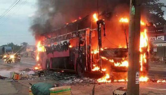 Xe khách giường nằm bốc cháy dữ dội, 30 hành khách thoát nạn