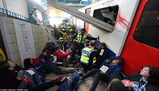 """Anh: Bắt giữ nghi phạm đánh bom tàu điện ngầm, nâng mức đe dọa khủng bố lên """"nguy cấp"""""""