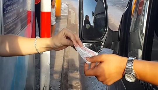 Dùng tiền lẻ mua vé, trạm thu phí BOT tuyến tránh Biên Hòa ùn tắc nghiêm trọng