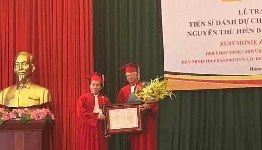 Đại học Luật Hà Nội trao bằng tiến sỹ cho nguyên Thủ hiến bang Hessen, Đức