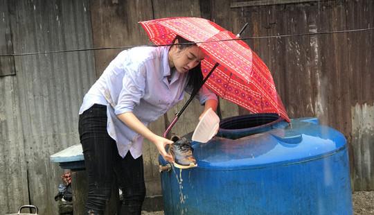 """Hoa hậu Đỗ Mỹ Linh lấm lem bùn đất, """"cõng điện lên bản"""""""