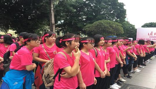 Hơn 10.000 tình nguyện viên tham gia đi bộ chống bạo hành phụ nữ và trẻ em gái