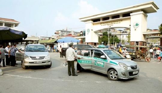 """Bị tố để taxi độc quyền """"chặt chém"""" khách: Bệnh viện Bạch Mai nói gì?"""