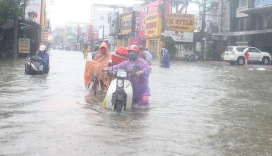 Huế: Mưa lớn kéo dài, người dân bì bõm lội nước trên phố về nhà