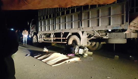 Lao vào xe tải đậu bên đường, 4 người trong gia đình thương vong
