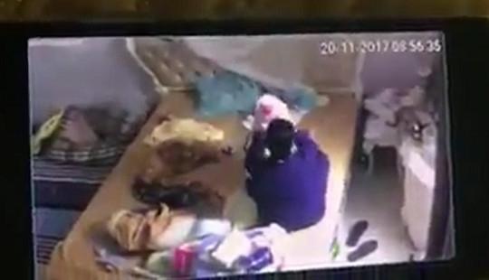 Bắt khẩn cấp người giúp việc đánh đập, hành hạ bé gần 2 tháng tuổi