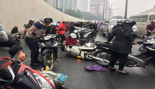 Hàng loạt xe máy ngã đổ khi lưu thông trong hầm chui Kim Liên