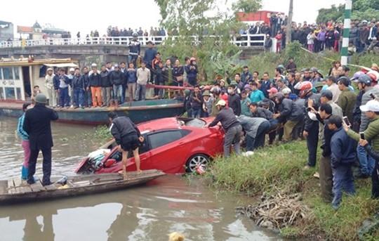 Vụ xe ô tô lao xuống sông ở Hải Dương: Nam thanh niên tử vong trong xe