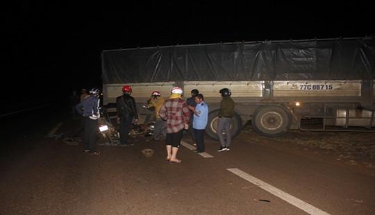 Hai xe máy tông vào xe ô tô,  4 người thương vong