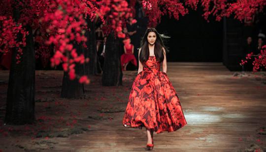 """Tăng Thanh Hà tái xuất sàn diễn sau 4 năm """"ở ẩn"""""""