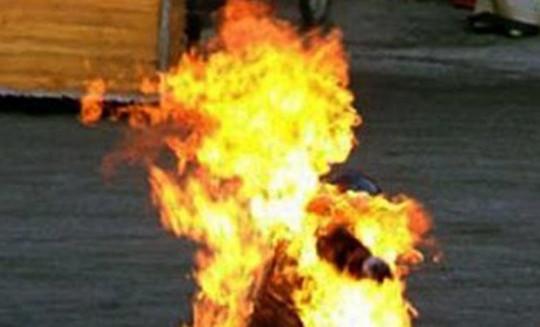 Mâu thuẫn với vợ, chồng mở bình ga châm lửa tự thiêu