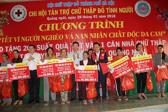 Trưởng Ban Tuyên giáo Trung ương Võ Văn Thưởng trao quà tại Quảng Ngãi