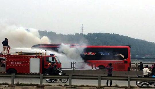 Cháy xe khách 45 chỗ, hành khách phá kính chạy thoát thân
