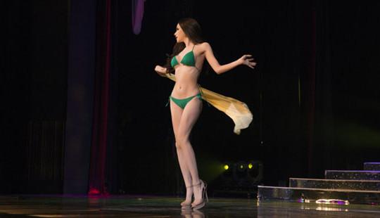 Nóng bỏng với bikini, Hương Giang catwalk điêu luyện