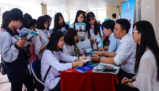 Hàng nghìn học sinh và phụ huynh Hà Nội tham dự Ngày hội tư vấn tuyển sinh – hướng nghiệp của trường ĐH Luật Hà Nội